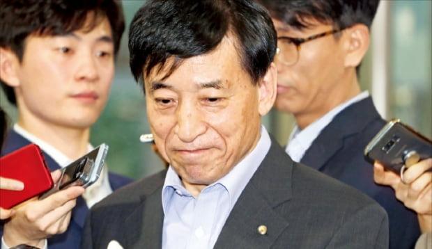 이주열 한국은행 총재가 19일 출근하면서 취재진의 질문을 듣고 있다.  연합뉴스