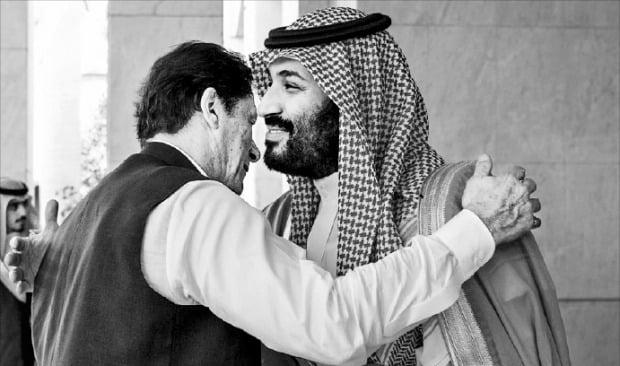 < 빈 살만의 여유 > 무함마드 빈 살만 사우디아라비아 왕세자(오른쪽)가 19일(현지시간) 제다를 국빈 방문한 임란 칸 파키스탄 총리와 만나 인사를 나누고 있다.  로이터연합뉴스