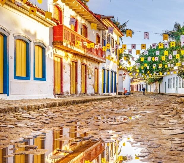 파라티는 하얀 벽에 노랗고 파란 원색이 어우러진 건물과 운치 있는 옛 돌길이 인상적인 브라질의 인기 휴양도시다.