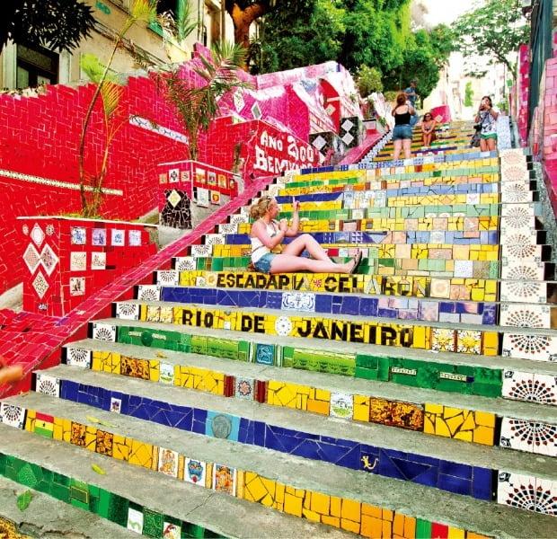 지저분한 빈민가 골목을 개성 넘치는 예술공간으로 바꿔 놓은 리우데자네이루 셀라론의 계단.