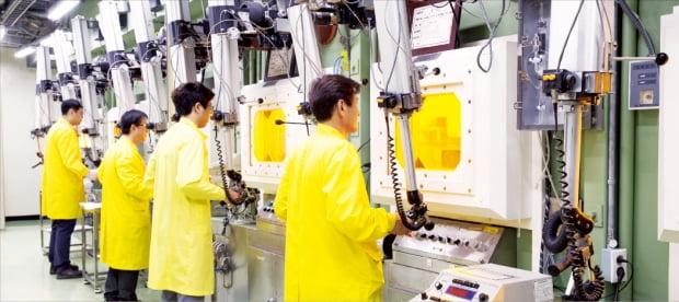 한국원자력연구원 연구원들이 방사성 동위원소생산시설에서 연구에 몰두하고 있다. 동위원소생산시설은 방사선을 차폐하기 위해 콘크리트 및 납 핫셀(차폐셀)로 둘러싸여 있다. 한국원자력연구원 제공