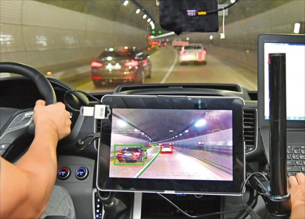 현대모비스 연구원들이 상용차에 장착한 전방 카메라 센서를 시험 작동해보고 있다.  /현대모비스