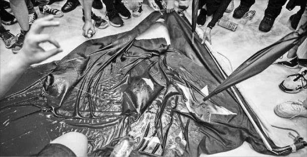 < 오성홍기 훼손하는 시위대 > 홍콩 시위대가 22일 홍콩 뉴타운 플라자 쇼핑몰 앞에서 중국 국기인 오성홍기를 훼손하고 있다.  /AFP연합뉴스