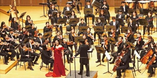 한경필하모닉오케스트라가 지난해 10월 서울 롯데콘서트홀에서 연 가을음악회.  /한경DB