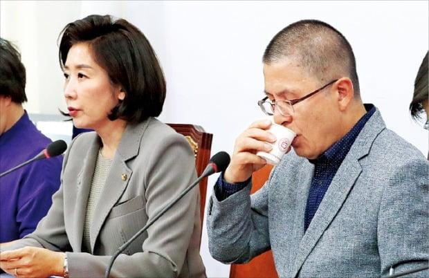 나경원 자유한국당 원내대표(왼쪽)가 23일 국회에서 열린 최고위원회의에서 발언하고 있다. 오른쪽은 황교안 대표.  /연합뉴스