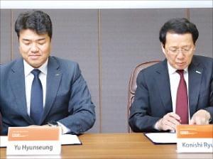 유현승 시지바이오 대표(왼쪽)와 고니시 류사쿠 니혼조키 최고경영자가 지난 18일 서울 삼성동 시지바이오 서울사무소에서 수출 계약서에 서명하고 있다. /시지바이오 제공
