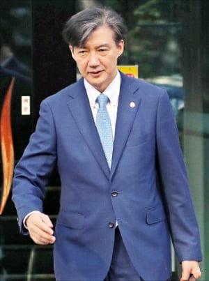 조국 법무부 장관이 출근하기 위해 23일 서울 방배동 자택에서 나오고 있다. /연합뉴스
