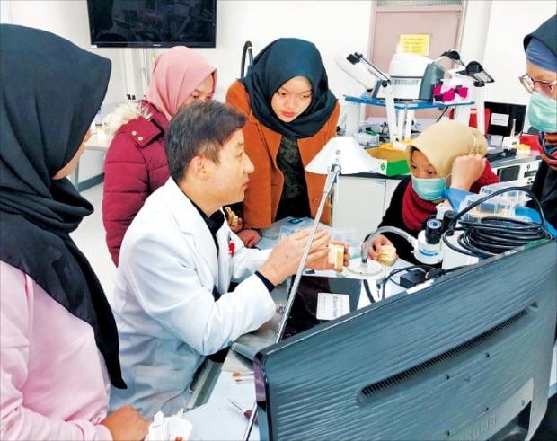 박영대 대구보건대 치기공과 교수(왼쪽 두 번째)가 인도네시아 학생들을 대상으로 현장실습을 진행하고 있다.  /대구보건대 제공