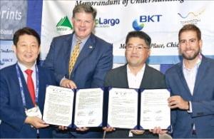 권영진 대구시장(왼쪽부터), 데비스 칼버트 바이오라고 대표, 김동우 부강테크 대표, 존 리버존 투모로우워터 대표가 양해각서를 맺었다. /대구시 제공