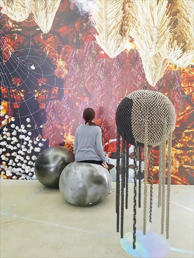 서울 소격동 국제갤러리를 찾은 관람객이 전시장 공간 전면을 벽지로 감싼 양혜규 씨의 2018년작 설치 작품  '배양과 소진'을 감상하고 있다.