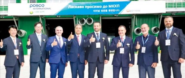 포스코인터내셔널이 24일(현지시간) 우크라이나 미콜라이프에서 국내 최초로 연 250만t 규모의 해외 수출 곡물터미널 가동에 들어갔다. 알렉산더 셴케비치 미콜라이프 시장(왼쪽 세 번째), 김영상 포스코인터내셔널 사장(네 번째) 등이 준공식에 참석했다.  포스코인터내셔널 제공
