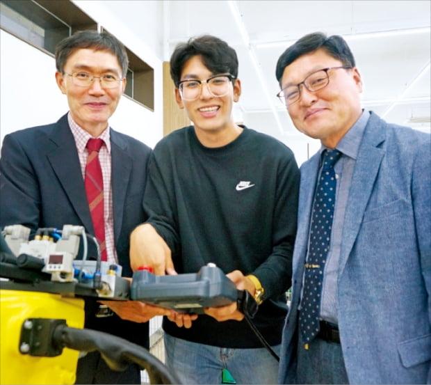 경일대 스마트팩토리융합학과 오세민 학생(19학번·가운데)과 김환섭 한중엔시에스 부사장(오른쪽), 홍재표 경일대 교수가 대학 로봇 실습실에서 환하게 웃고 있다.  문혜정 기자