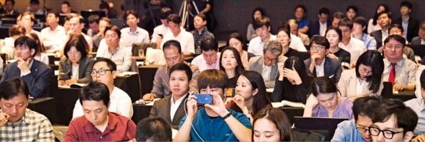 25일 서울 여의도 글래드호텔에서 열린 '한경 핀테크 콘퍼런스 2019'에서 참석자들이 주제발표를 경청하고 있다.  신경훈 기자 khshin@hankyung.com