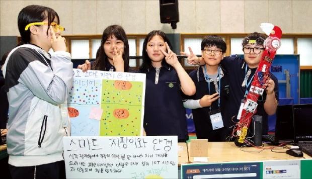 삼성물산 주니어물산아카데미 메이커 축제에 참여한 경기 부천 내동중 학생들이 직접 기획하고 만든 제작품을 선보이고 있다.    삼성물산 제공