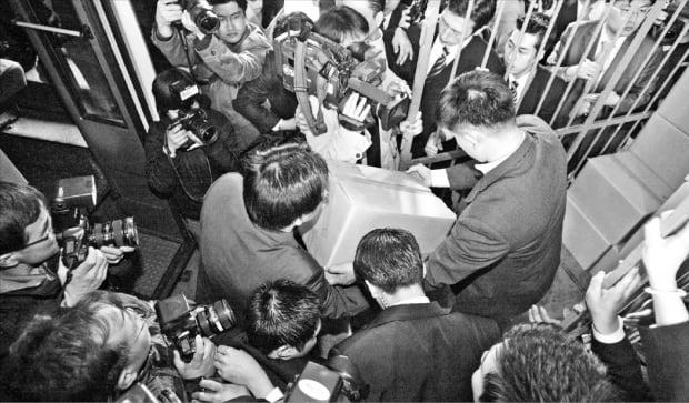 검찰 직원들이 2006년 3월 30일 서울 역삼동 론스타코리아 사무실을 압수수색한 뒤 서류상자를 옮기고 있다.  한경DB
