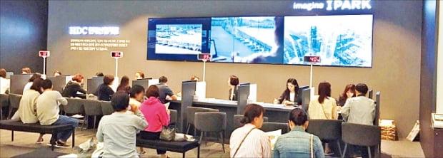 27일 서울 대치동 '역삼 센트럴아이파크' 모델하우스를 찾은 방문객들이 청약 상담 순서를 기다리고 있다. HDC현대산업개발 제공