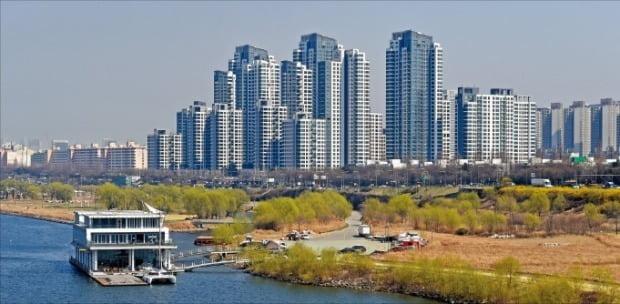 한강변에 있는 서울 반포동 아크로리버파크 단지 모습. 지난달 전용 59㎡가 처음으로 3.3㎡당 1억원에 거래됐다. 정부의 재건축, 재개발 규제 강화로 신축 아파트 쏠림현상이 나타나고 있다는 게 전문가들의 분석이다.  /한경DB