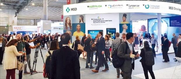 유럽 종양학회 정기 학술대회(ESMO) 참가자들이 29일(현지시간) 다국적 제약사 MSD 부스를 둘러보고 있다. MSD는 삼성바이오에피스의 바이오시밀러 유통 파트너다.   /삼성바이오에피스  제공