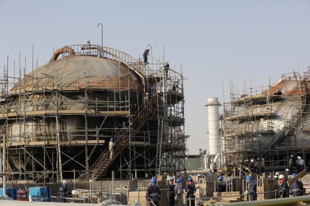 사우디아라비아가 지난 20일 공개한 아브카이크 석유시설단지 피습 시설의 모습.  /AP연합뉴스