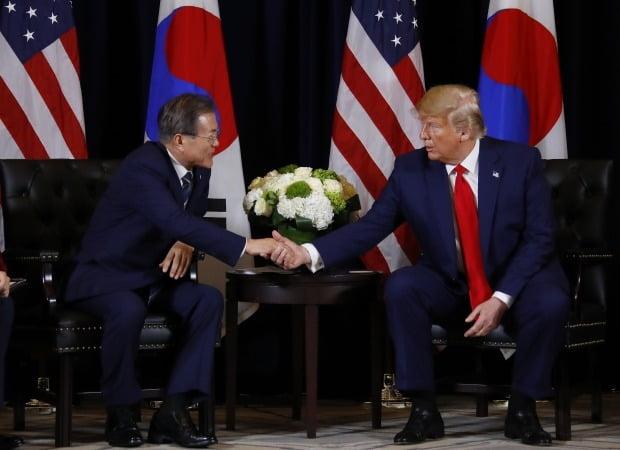 문재인 대통령이 23일 오후 (현지시간) 미국 뉴욕 인터콘티넨탈 호텔에서 도널드 트럼프 미국 대통령을 만나 반갑게 악수하고 있다.  (뉴욕=연합뉴스)
