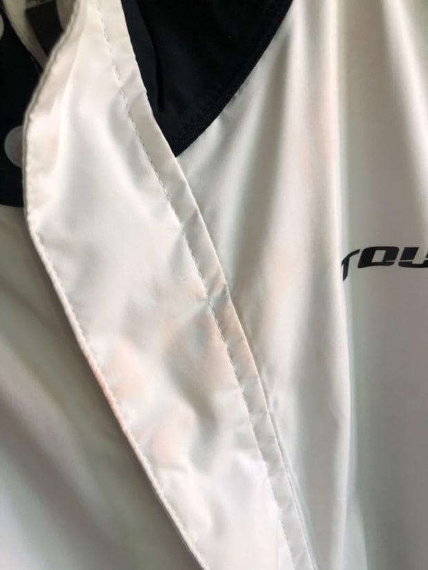 한 KLPGA투어 전문 캐디가 지난 22일 끝난 올포유레노마챔피언십에서 착용한 재킷이다. 캐디빕에서 이염된 색이 세탁 후에도 그대로 남아 있다.