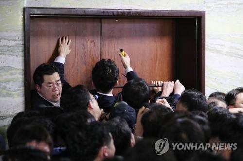 황교안·나경원, 패스트트랙 사건 경찰 출석요구에 '불응'