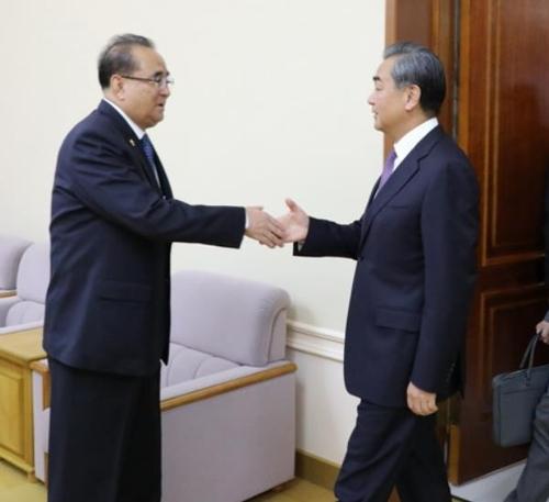中왕이, 北리수용 만나…북중 우호·한반도 문제 논의