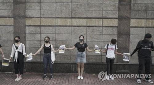 홍콩 중고생 수천명 인간 띠 시위…흉기공격 제지 교사 부상