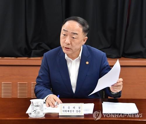 """홍남기 """"공공기관 외주화 폐해·채용비리 막을 페널티 강구"""""""
