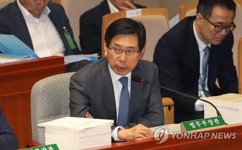 """박상기 """"검찰 '조국 관련 압수수색' 사전보고 했어야"""""""