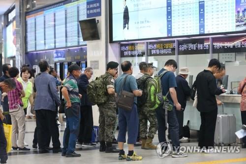 """""""고향으로 출발"""" 전국 귀성행렬…기차역 북적·고속도로 정체"""