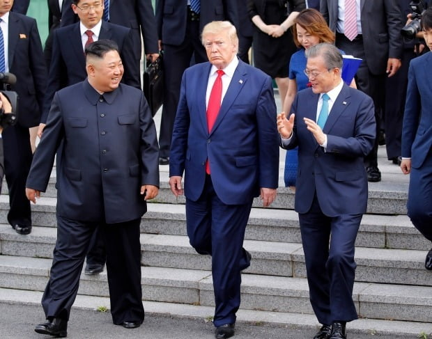 문재인 대통령과 김정은 북한 국무위원장, 도널드 트럼프 미국 대통령이 6월30일 판문점 남측 자유의 집에서 나오며 얘기를 나누고 있다. 사진=연합뉴스