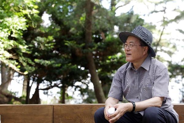 경남 거제시 저도에서 시민들과 함께 산책하던 중 휴식을 취하며 생각에 잠겨있는 문재인 대통령. 연합뉴스