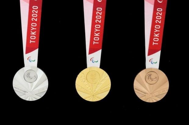 2020년 도쿄하계패럴림픽(장애인올림픽)에서 선수들에게 수여하는 공식 메달이 전범기(욱일기)를 연상케 해 논란이다.대한장애인체육회는 국제패럴림픽위원회(IPC)에 정식 항의하고 메달 디자인 교체를 요구하기로 했다./사진=연합뉴스