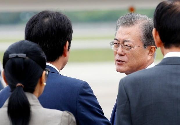 지난 1일 동남아 3개국 순방길에 오르는 문재인 대통령. / 사진=연합뉴스