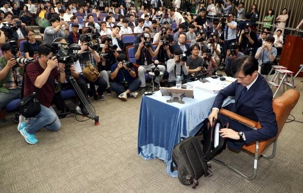 조국 법무부 장관 후보자가 2일 오후 국회에서 열린 기자간담회에 앞서 자료를 꺼내고 있다 (사진=연합뉴스)