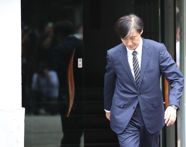 조국 신임 법무부 장관이 9일 청와대 임명 발표 후 서울 서초구 자택에서 나오고 있다. / 사진=연합뉴스