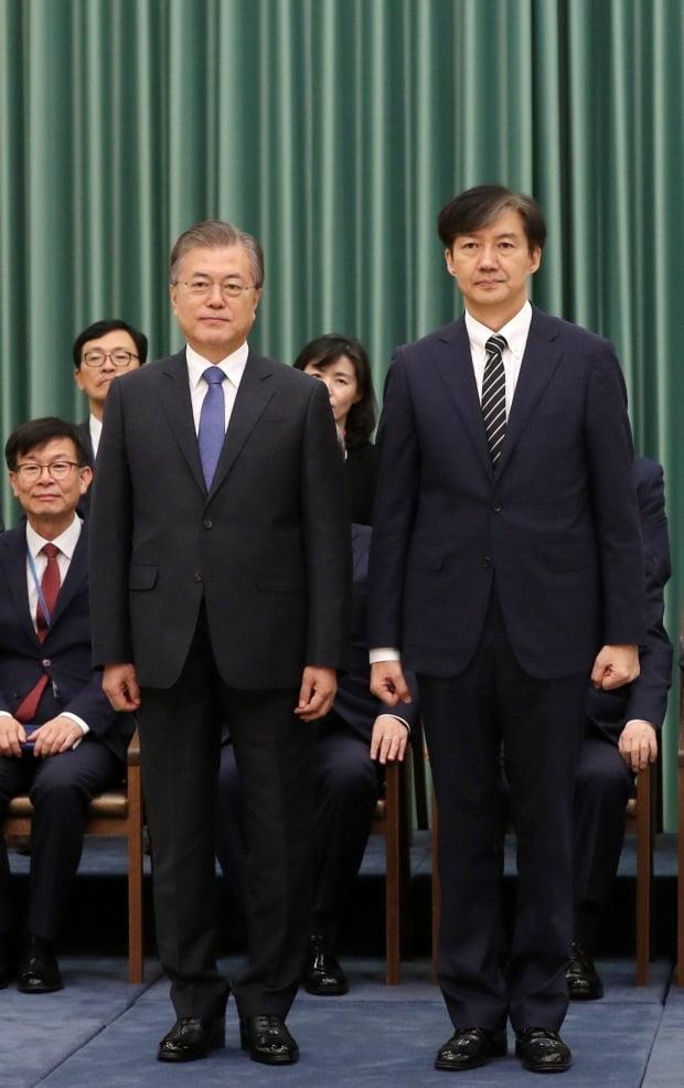 문 대통령, 조국 법무부 장관과 기념촬영 (사진=연합뉴스)