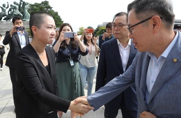 한국당 의원들과 악수하는 이언주 (사진=연합뉴스)