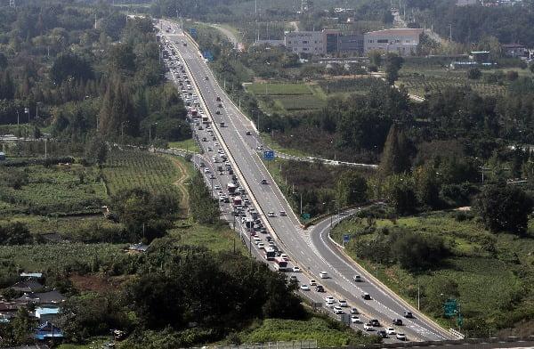 추석 연휴 셋째 날인 14일 오전 호남고속도로 상행선 전주IC 부근에 차량이 길게 늘어서 있다. 연합뉴스