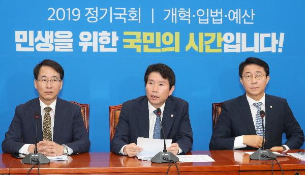 더불어민주당 이인영 원내대표가 17일 국회에서 열린 원내대책회의에서 발언하고 있다.  /연합뉴스