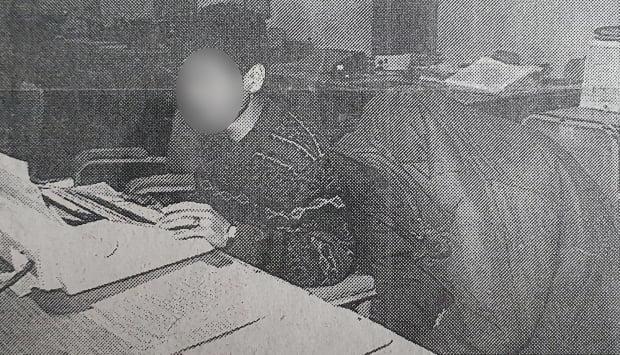 화성연쇄살인사건의 유력한 용의자로 지목된 이춘재(오른쪽)가 1994년 경찰조사를 받는 모습. /사진=연합뉴스