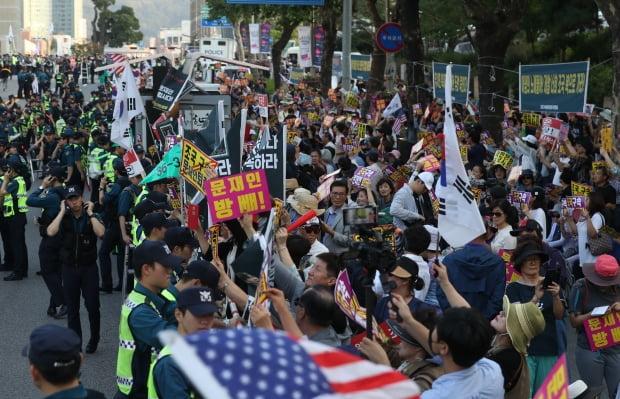 28일 오후 서울 서초구 서초역 앞에서 열린 조국 법무부 장관 사퇴 촉구 집회에서 참석자들이 구호를 외치고 있다. /사진=연합뉴스