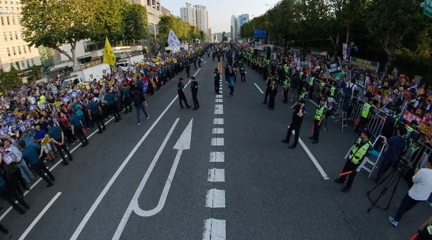 도로를 경계로 나뉜 조국 찬반 집회/사진=연합뉴스