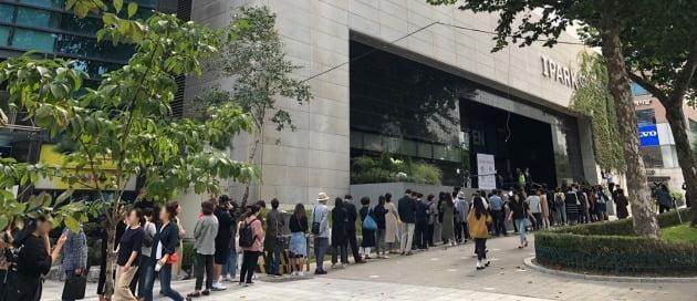 이번주 분양시장 최대어로 꼽히는 '역삼 센트럴 아이파크' 모델하우스에 몰린 인파. 서울 역삼동 개나리4차를 재건축하는 이 단지는 분양가가 주변 시세보다 대폭 낮게 책정돼 '로또 아파트'로 불린다. 한경DB