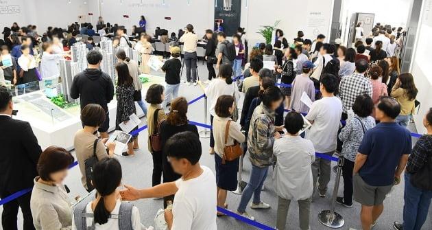 삼성물산이 서울 삼성동 상아2차를 재건축하는 래미안라클래시는 112가구 모집에 1만3000여명이 몰리면서 1순위 평균 115대1의 청약경쟁률을 기록했다. 한경DB