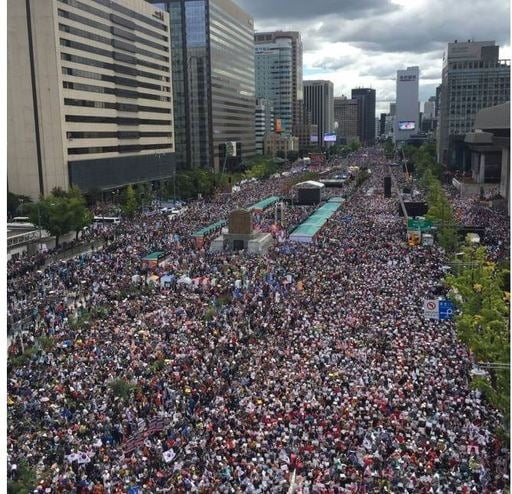 자유한국당과 문재인 하야 범국민투쟁본부 소속 보수단체들이 3일 오후 서울 광화문 일대에서 문재인 정부를 비판하고 조국 장관의 사퇴를 촉구하는 집회를 갖고 있다. 사진=자유한국당 제공