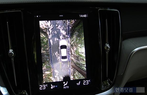 차량 네 귀퉁이 부근 처리가 어색한 어라운드뷰 영상은 아쉬움으로 남는다. 사진=오세성 한경닷컴 기자