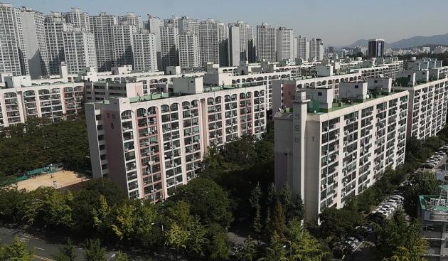 1900여 가구로 재건축을 추진 중인 서울 신천동 미성·크로바아파트의 이주 전 모습. 이 단지는 정부의 민간택지 분양가 상한제 6개월 유예 방침에도 후분양 방식에 무게를 두고 있다. 한경DB