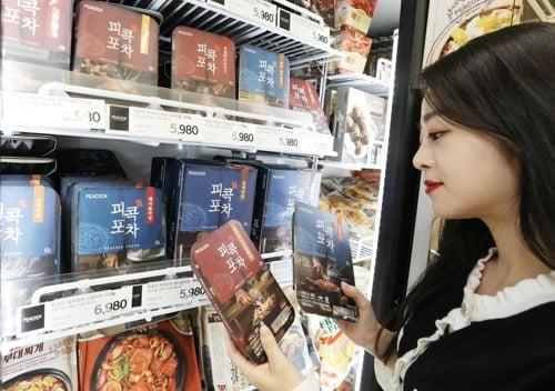 이마트 매장에서 '피콕포차' 살펴보는 소비자 [사진=이마트 제공]